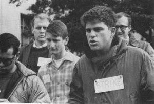 מפגינים מתנועת זכויות האזרח עם כרטיסי ניקוב על צווארם לאות מחאה בברקלי 1964. (התמונה לקוחה מתוך הספר From Counterculture to Cyberculture).