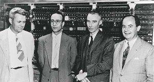 משמאל לימין. ג'וליאן ביגאלו, הרמן גולדסטין, רוברט אופנהיימר וג'ון פון נוימן ליד מחשב ה-Maniac (IAS).