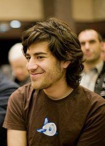 המתכנת וההאקטיביסט ארון שוורץ  שהתאבד ב-2013 בעקבות תיק שנתפר לו באירוע של Creative Commons בשנת 2008. תמונה: וויקיפדיה.