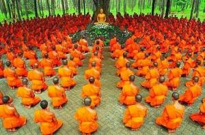 הסנגהא עוזרת לשמור על התרגול. נזירים בודהיסטים.